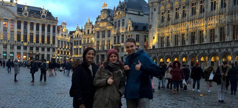 Jugendredaktion auf dem Marktplatz von Brüssel